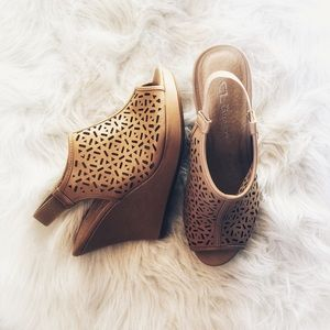 CL by LAUNDRY   Size 8 Wedges
